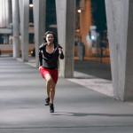 Frau namens Irene rennt beim Linzer Busbahnhof
